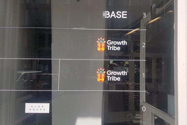 growth tribe bestickering raam