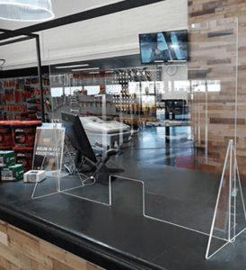 preventiescherm van plexiglas voor bescherming van werknemers aan de balie of toonbank